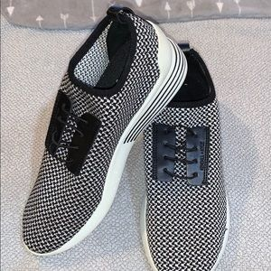 Kendall +Kiley black and white tennis shoes 8 1/2